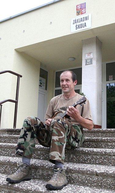 Šedesátiletý Bohumil Pokorný hraje žákům při cestě do školy vbrněnské Heyrovského ulici na ukulele.