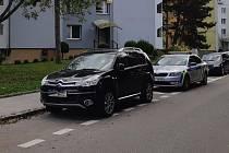V brněnské Bystrci se na Heyrovského ulici obnažoval podnapilý muž před ženami s kočárky. Skončil v policejních cele.