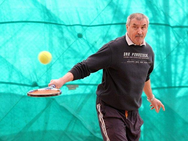 Ačkoliv se Rostislav Václavíček proslavil svými výkony na fotbalovém trávníku, už víc než třicet let patří k jeho největším vášním tenis, který stále chodí hrát několikrát týdně.