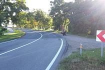 Průjezd zatáčkou ze Židlochovic do Hrušovan na Brněnsku byl smrtelně nebezpečný. Silničáři jej totiž opravili emulzí, z níž se drolil štěrk. Problém mají také motorkáři a cyklisté. Změna povrchu přitom začíná uprostřed zatáčky.