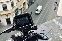 Nainstalovaná kamera na jednom z domů v Masarykově ulici v Brně zaznamenává projíždějící auta.