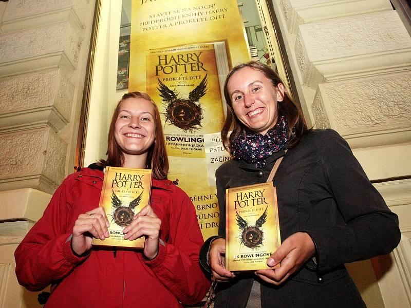 Zhruba stovka lidí postávala před páteční půlnocí před knihkupectvím Dobrovský v Joštově ulici. Důvodem nezvyklého zájmu Brňanů o čtení byl předprodej nejnovější knihy J. K. Rowlingové s názvem Harry Potter a prokleté dítě.