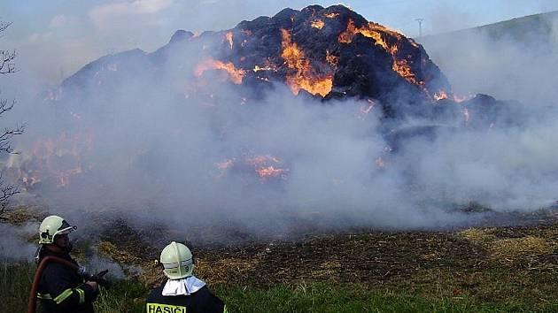 Požár stohu slámy nad vysokotlakým vedením hasiči nakonec zvládli.