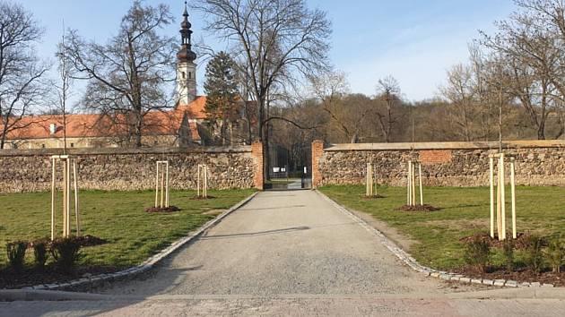 Vstup do zámeckého parku v Oslavanech ozdobí kaštany