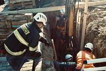 Zavaleného muže ve středu dopoledne vyprostili tišnovští hasiči. Vrtulník ho se středně těžkým zraněním přepravil do bohunické nemocnice.
