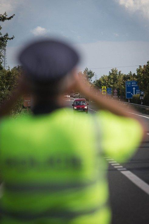 V posledních dnech zaznamenali policisté enormní příliv běženců. Kvůli tomu v pondělí jednali ministr vnitra Milan Chovanec a jeho rakouská kolegyně Johanna Miklová-Leitnerová na hraničním přechodě Mikulov-Drasenhofen na Břeclavsku.