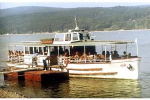 Loď Mír (na snímku) sloužila přepravě Brňanů a turistů od roku 1952 do roku 1992. Následně byla několik let odstavena a v roce 2006 ji Dopravní podnik města Brna sešrotoval.