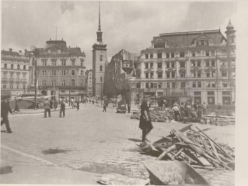 Stovky lidských životů si vyžádalo bombardování Brna. Nejprve útočily americké bombardéry, později sovětská letadla.