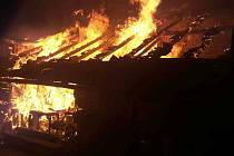 V noci na středu hořel seník a část přilehlého domu v Čebíně na Brněnsku.