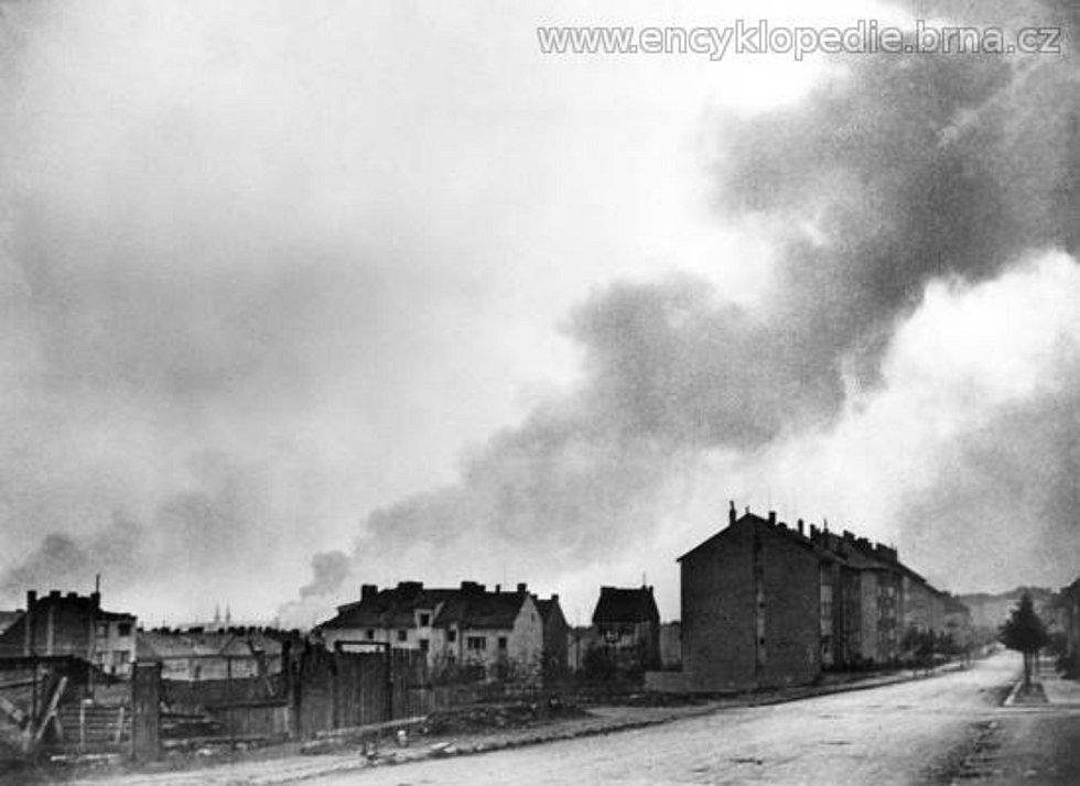 Němci opouštějí Brno (oblaka dýmu nad Brnem při bojích o Brno (duben 1945, pohled z dnešní Merhautovy ulice).