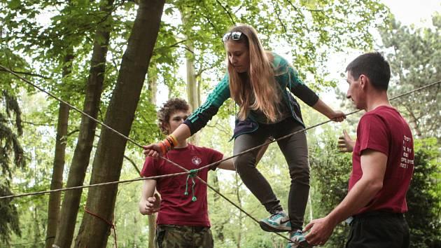 Dostat děti do přírody a naučit je neobvyklým dovednostem si dali v pátek za úkol pořadatelé akce Ultimate Survival v Pohořelicích na Brněnsku.