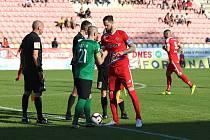 Útočník Lukáš Magera (v červeném) vedl Zbrojovku v baráži o první ligu s Příbramí jako kapitán.