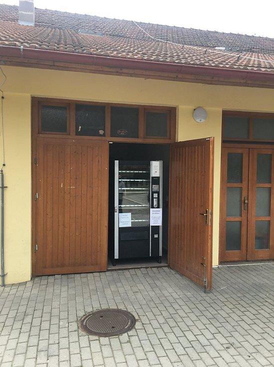 Rouškomat v areálu bývalého pivovaru nedaleko radnice v brněnských Řečkovicích.