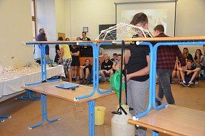 Žáci střední školy v Kudelově ulici soutěžili ve stavbě mostů ze špejlí.