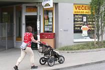 Večerku v Bystrci přepadl maskovaný lupič se zbraní v ruce. Předpokládá se, že jde o muže, který před tím v Žebětíně postřelil řidiče auta.