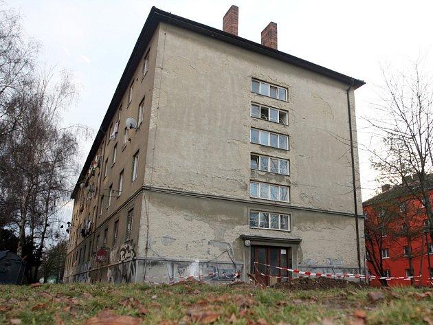 Desítky sociálně slabých rodin žijí v ubytovně v ulici Markéty Kuncové.