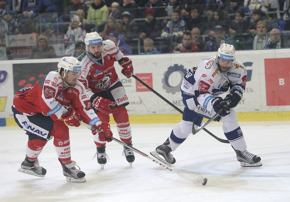 První domácí prohra. Hokejisty brněnské Komety (v bílých dresech) v 21. kole extraligy zaskočily Pardubice a vyhrály 3:2.