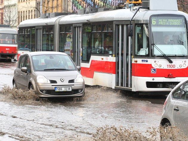 Voda komplikuje dopravu ve Štefánikově ulici.