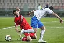Brněnští fotbalisté (v červeném) uhráli s ostravským Baníkem bezbrankovou remízu.