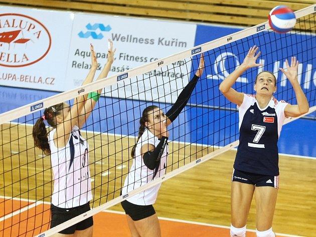 V šestém kole extraligy volejbalistek si hráčky Králova Pole (v bílém) připsaly druhou porážku, Olomouc je přehrála 2:3.