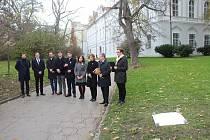 Brno má Park Danuše Muzikářové. V den třicátého výročí sedmnáctého listopadu 1989 odhalili pamětní desku připomínající její osud zástupci města společně s navrhovatelkou pojmenování Simonou Hradílkovou. Foto: Deník / Oldřich Haluza