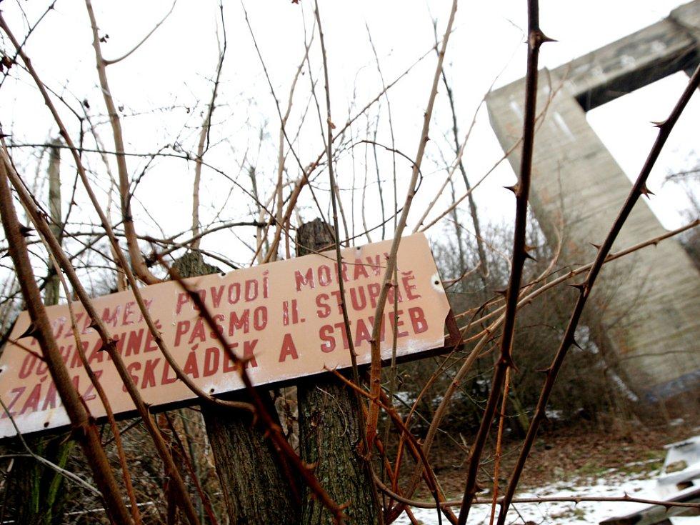 Obří pilíř, který nechali nacisté postavit v roce 1938, se betonových sousedů nedočkal.
