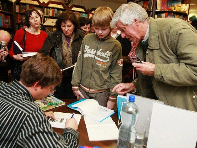 Nejnovější knížku s názvem Cibulka na Tobogánu podepisoval v pondělí svým brněnským zájemcům v knihkupectví Barvič a Novotný známý rozhlasový a televizní moderátor a dramaturg Aleš Cibulka.