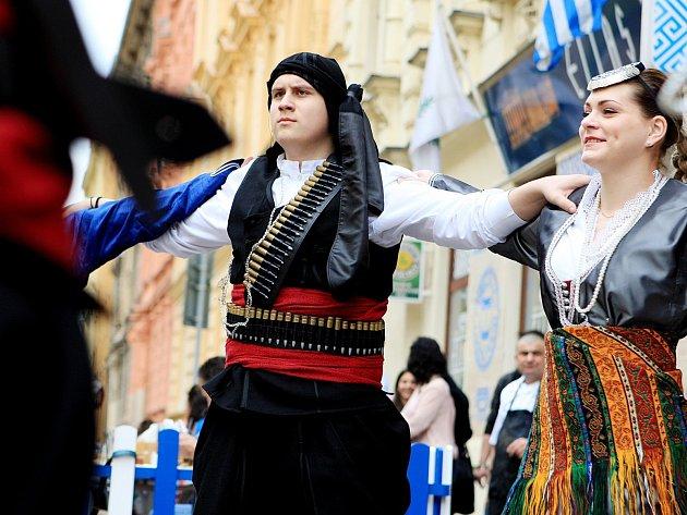 Vůně pečeného masa a pestrá hudba se nesly v neděli po poledni Sokolskou ulicí. V tamní restauraci Ellas se slavily řecké Velikonoce.