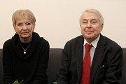 Originál Charty 77 vystavuje poprvé v historii Ústavní soud (na snímku spisovatel Pavel Kohout s manželkou).