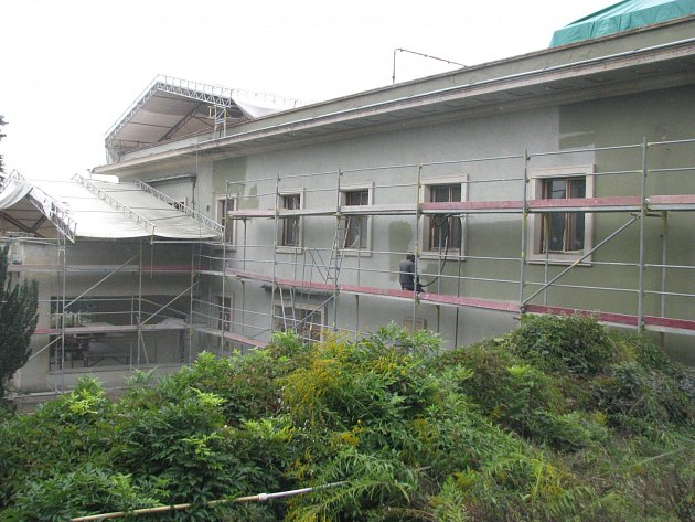 Stavbaři rok rekonstruují funkcionalistickou vilu Stiassni. Hotoví budou v prosinci. Nyní pracují na koupelnách, fasádě a střeše.