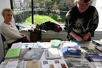 Bazar katalogů a plakátů v Domu umění.