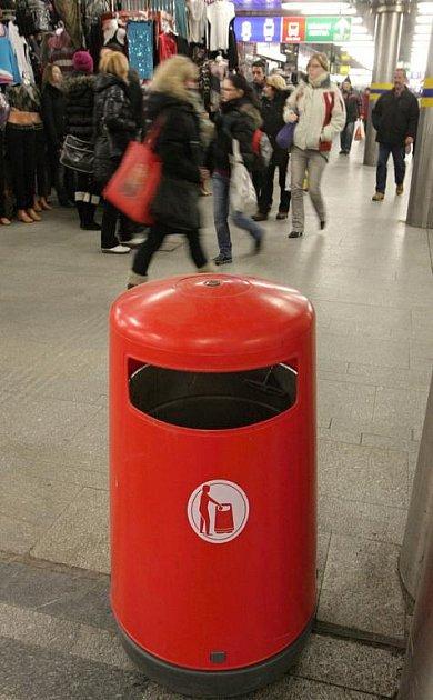 Nové odpadkové koše v podchodu u Hlavního nádraží.