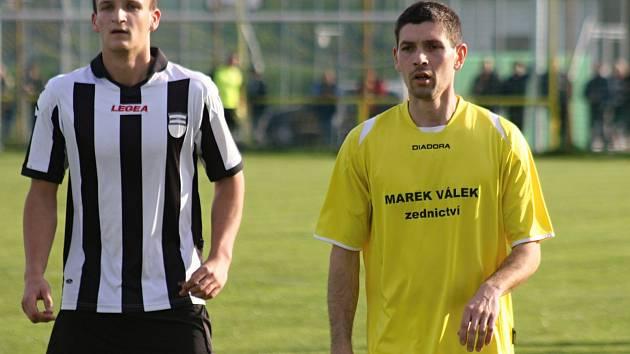 Zkušený záložník Jiří Vítek (na snímku) pomohl fotbalistům Kozojídek k postupu do I. B třídy a teď se spoluhráči zažívá skvělý vstup do nové sezony.