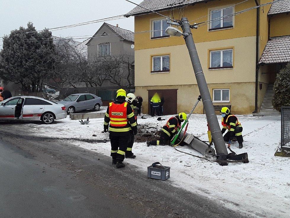 Hasiči v neděli zasahovali u třinácti nehod, při kterých se zranilo šest lidí.