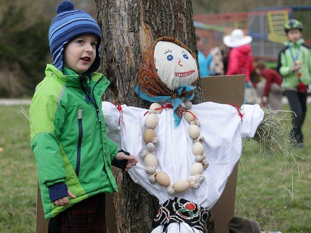 Tradice vynášení Moreny v brněnské Líšni. Děti ji hodily do potoka v Mariánském údolí.