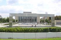 Prostor před Janáčkovým divadlem je oblíbeným místem pro setkávání.