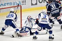 1. předkolo Generali Česká pojišťovna play off HC Vítkovice Ridera - HC Kometa Brno, 10. března 2021 v Ostravě. (střed) brankář Brna Karel Vejmelka a Dominik Lakatoš z Vítkovic.