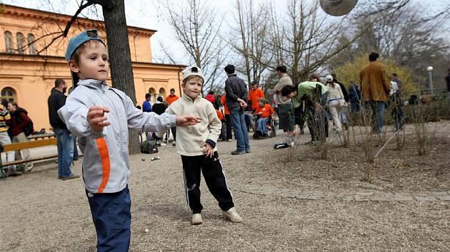 Turnaj v tradičním francouzském sportu pétanque.
