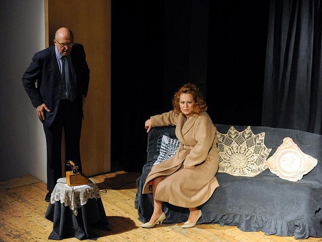 Zájezdovou verzi jedné z nejúspěšnějších komedií amerického dramatika Neila Simona Poslední ze žhavých milenců v úterý viděli i lidé v Brně. V komorní inscenaci pro dva herce se v sále Semilassa představili Simona Stašová a Petr Nárožný.