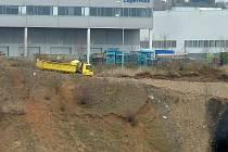 Firmu Pískovna Černovice podezřívají, že na pronajatém pozemku ukládá nebezpečný odpad.