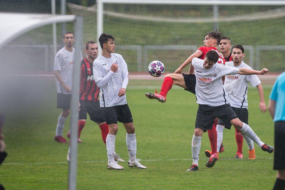 Hodonínské fotbalisty (v červeném) čeká derby s Lanžhotem, Havlíčkův Brod (v bílém) vyzve Velké Meziříčí.