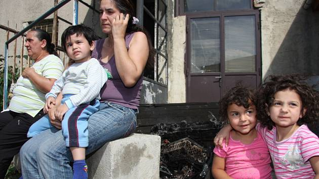 Brněnští hasiči evakuují kvůli požáru obyvatele domu v ulici Dornych.