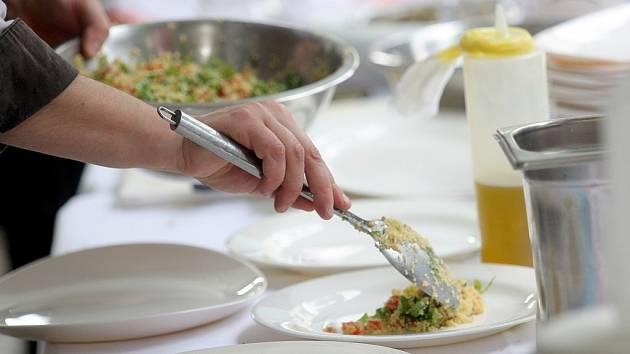 Na Burianově náměstí vařili kuchaři z šesti brněnských restaurací pochoutky z mořských plodů.