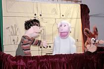 Inscenace Maňáskového divadla Ovečka z Tišnova kombinují loutky s živými herci.