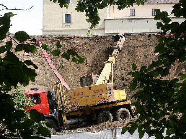 Opěrnou hradbu na brněnském hradě Špilberk čekají opravy.