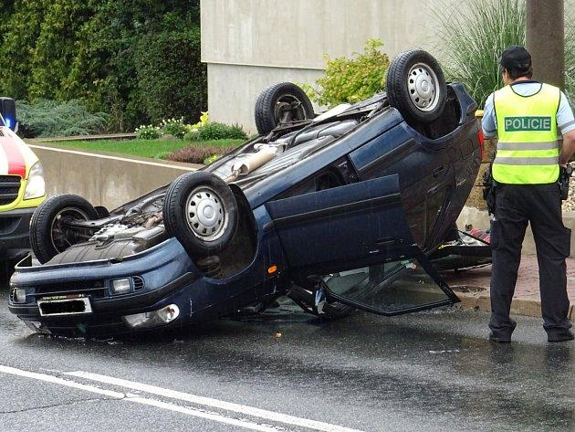 Řidička otočila na mokré silnici auto na střechu. Zranila se pouze lehce