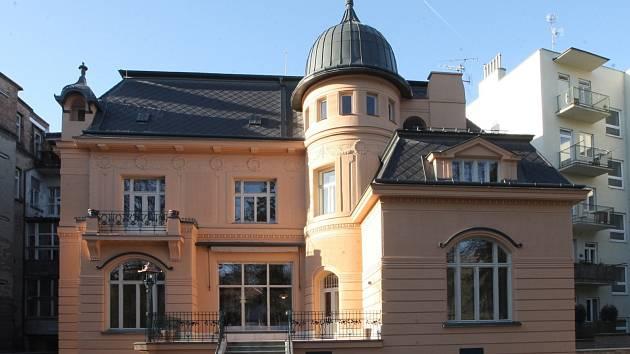 Předáním symbolického klíče v úterý slavnostně skončila oprava secesní vily Löw-Beer v Brně za více než 60 milionů korun, jejíž součástí bude nová expozice.