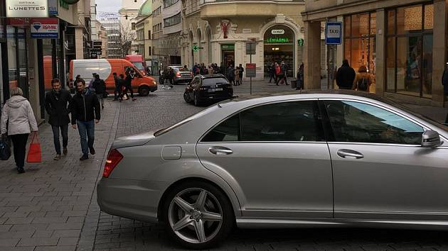 Doprava v pěší zóně v centru Brna.