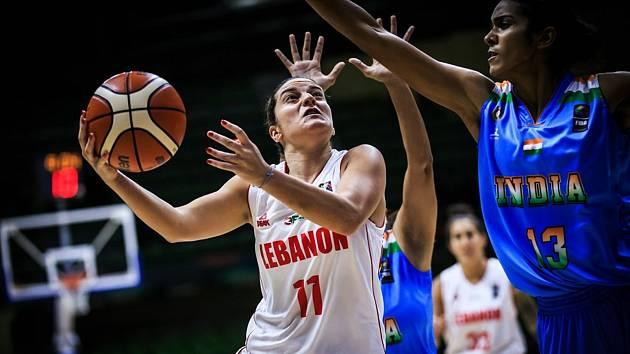Kapitánka libanonské reprezentace Rebecca Akl (v bílém) posílila basketbalistky KP Brno.