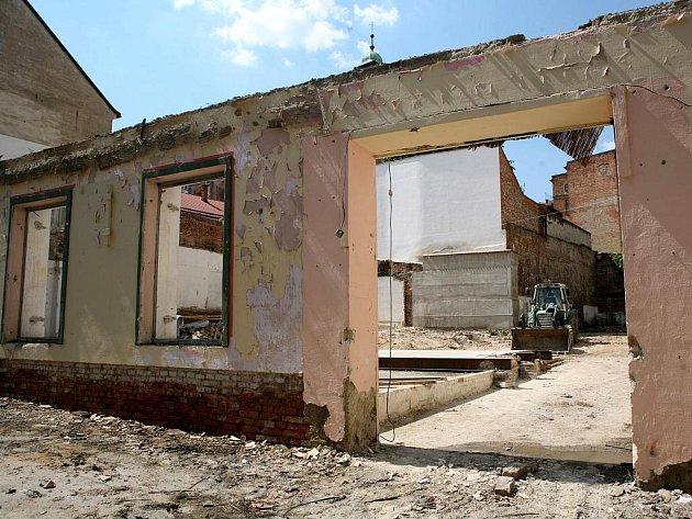 Malý domek vedle rohu Orlí a Měnínské ulice v centru města v těchto dnech ustupuje chystané stavbě Divadla v Orlí.